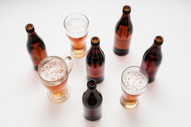 Arranjo de copos e garrafas de cerveja Foto gratuita