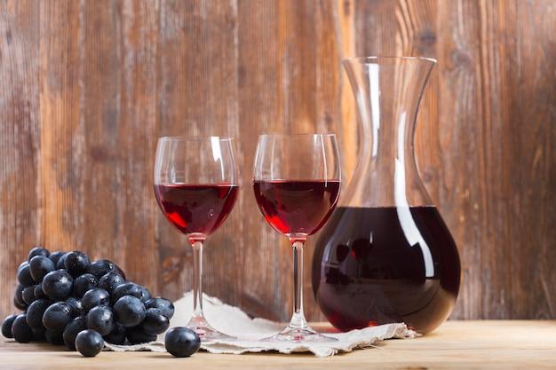 Arranjo de copos e jarra de vinho vista frontal Foto Premium