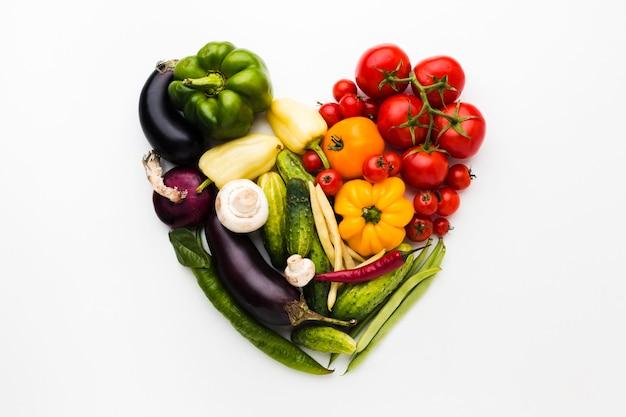 Arranjo de coração feito de vegetais Foto gratuita