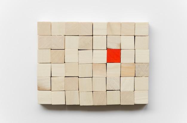 Arranjo de cubos de madeira no fundo branco Foto Premium