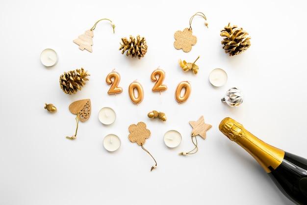 Arranjo de decoração e champanhe com 2020 dígitos de ano novo Foto gratuita