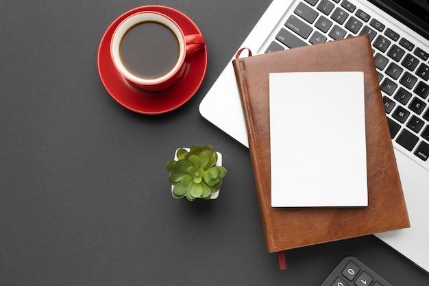 Arranjo de elementos de escritório em fundo escuro Foto Premium