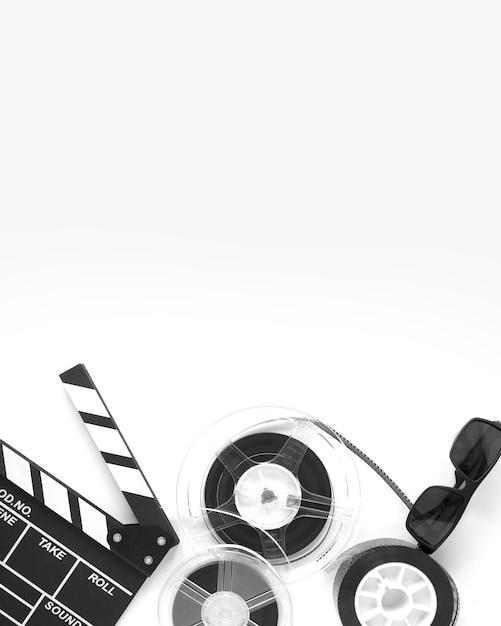 Arranjo de elementos de filme vista superior em fundo branco, com espaço de cópia Foto gratuita