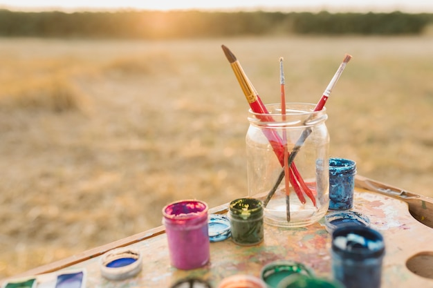 Arranjo de elementos de pintura na natureza Foto gratuita