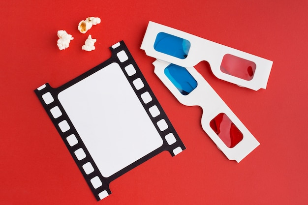 Arranjo de elementos do filme em fundo vermelho Foto gratuita