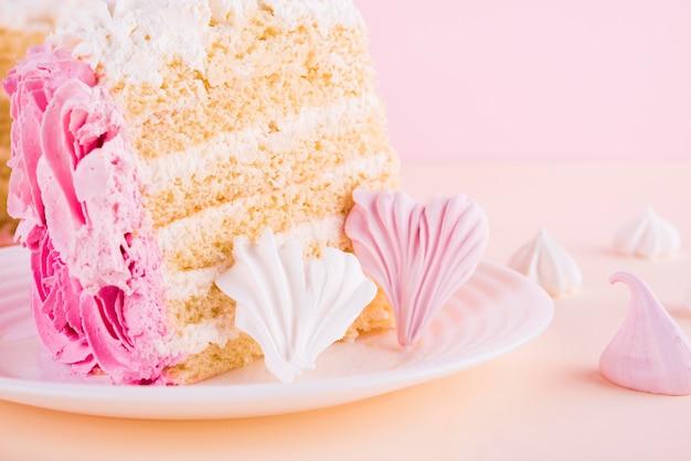 Arranjo de fatia de bolo rosa Foto gratuita