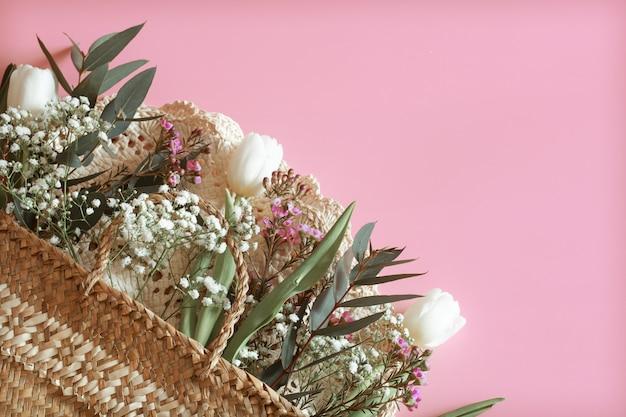 Arranjo de flores de primavera em um fundo rosa Foto gratuita
