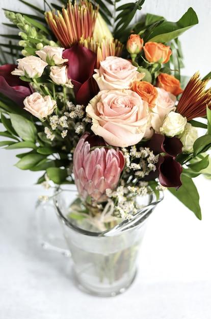 Arranjo de flores sortidas em vaso Foto gratuita