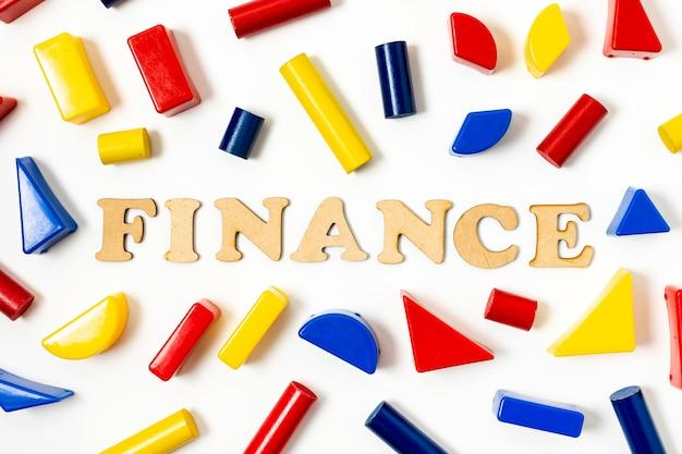 Arranjo de formas geométricas coloridas e texto financeiro Foto gratuita