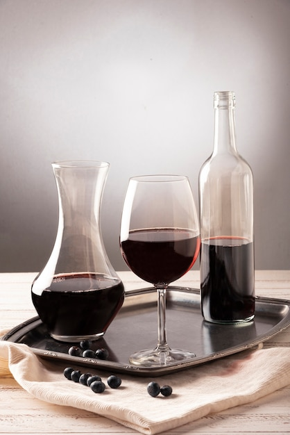 Arranjo de garrafas e copo de vinho Foto gratuita