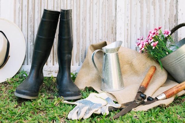 Arranjo de gumboots de jardinagem e suprimentos Foto gratuita