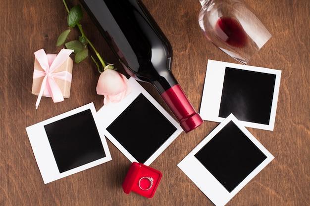 Arranjo de leigos plano com vinho e fotos Foto gratuita