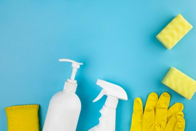 Arranjo de leito plano com produtos domésticos Foto gratuita