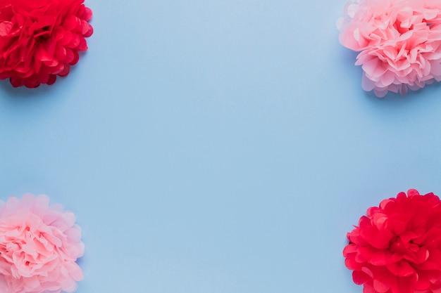 Arranjo de linda flor vermelha e rosa falsa para decoração Foto gratuita