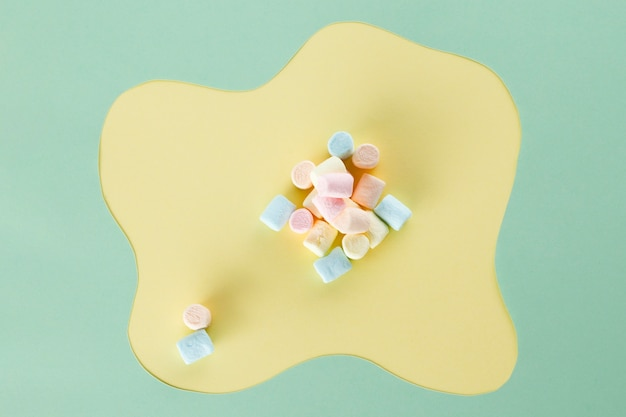 Arranjo de marshmallow com fundo moderno Foto gratuita