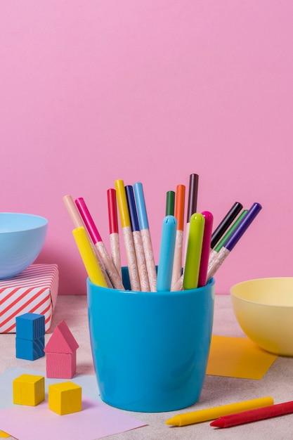 Arranjo de mesa com canetas coloridas Foto gratuita