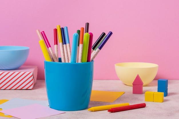 Arranjo de mesa com porta-canetas Foto gratuita