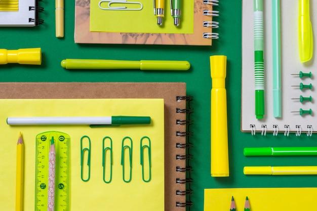 Arranjo de mesa plana com notebooks Foto Premium