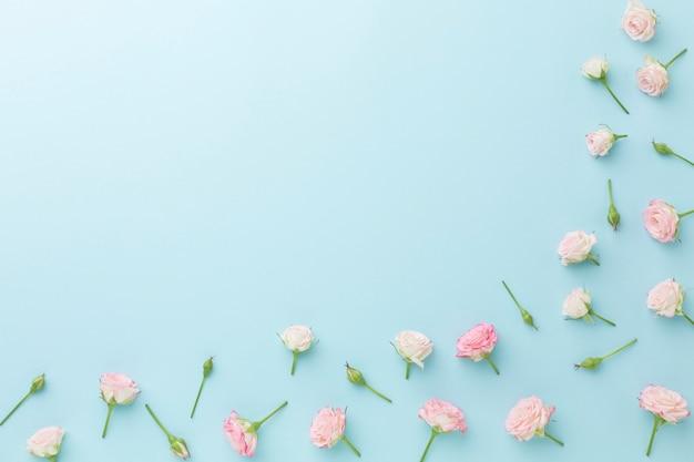Arranjo de moldura de rosas pequenas com espaço de cópia Foto gratuita