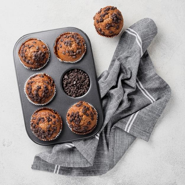 Arranjo de muffins de chocolate na assadeira Foto gratuita