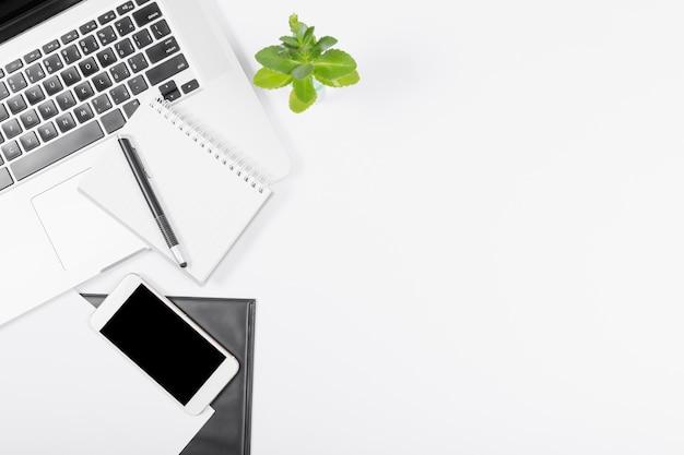 Arranjo de negócios minimalista de vista superior em fundo branco, com espaço de cópia Foto gratuita