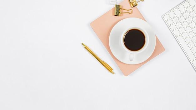 Arranjo de negócios minimalista em fundo branco, com espaço de cópia Foto gratuita