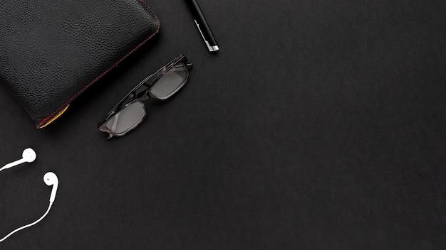 Arranjo de negócios minimalista em fundo preto, com espaço de cópia Foto gratuita