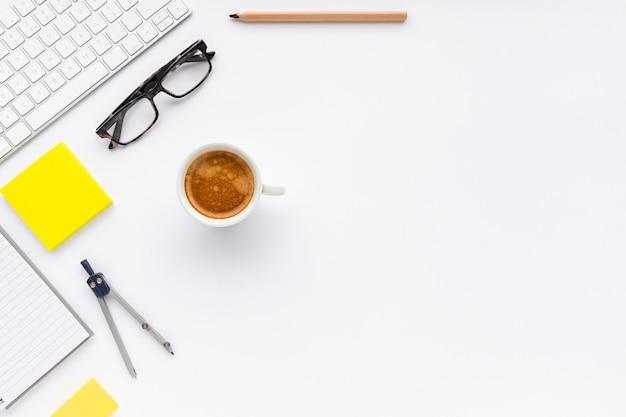 Arranjo de negócios vista superior em fundo branco, com espaço de cópia Foto gratuita