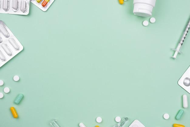 Arranjo de objetos médicos sobre fundo verde, com espaço de cópia Foto gratuita