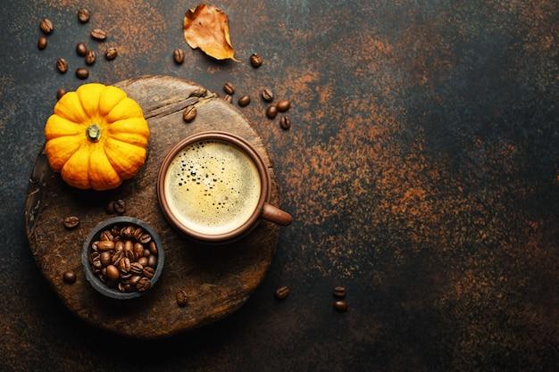 Arranjo de outono com café e abóbora Foto Premium