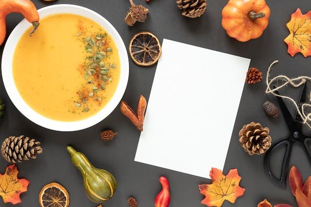 Arranjo de outono vista superior com sopa de abóbora Foto gratuita
