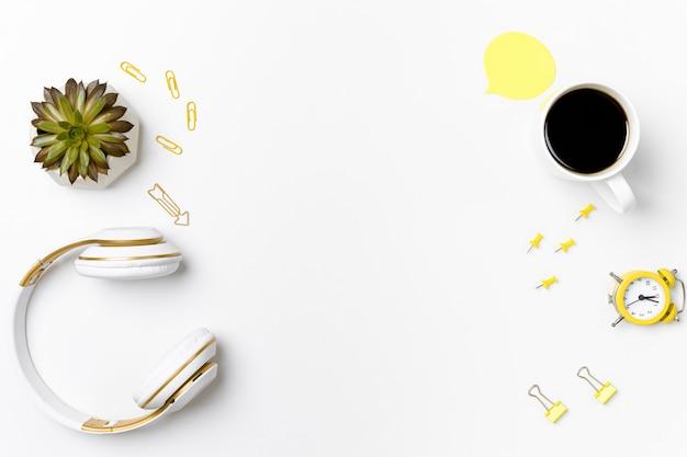 Arranjo de papelaria com vista superior e maquete de fone de ouvido Foto Premium