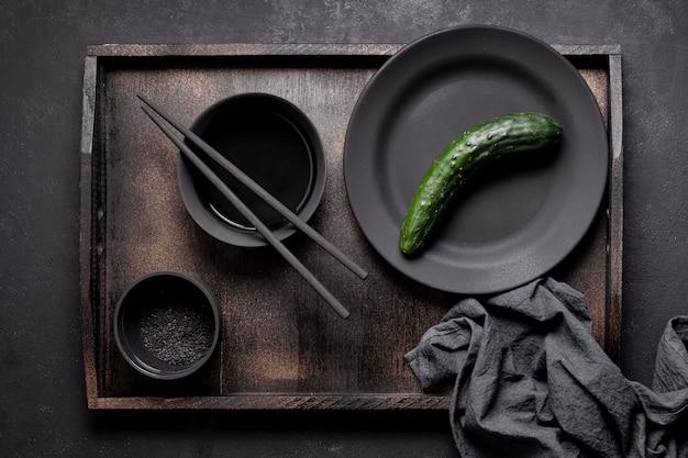 Arranjo de pepino e molho na bandeja Foto gratuita