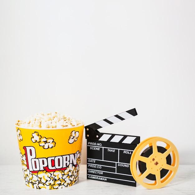 Arranjo de pipoca e tira de filme Foto gratuita