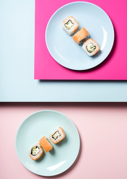Arranjo de pratos de sushi japonês tradicional Foto gratuita