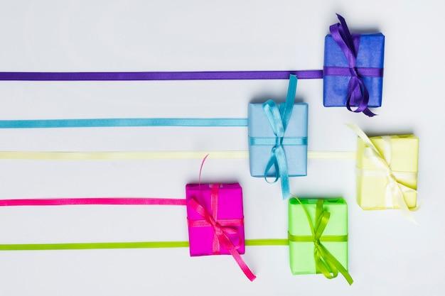 Arranjo de presentes de arco-íris de vista superior Foto gratuita