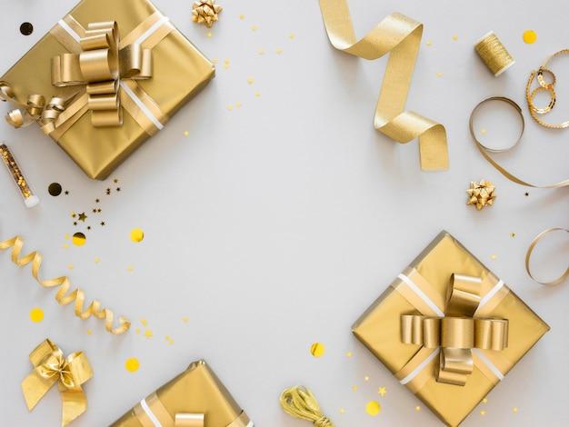 Arranjo de presentes festivos embrulhados Foto gratuita
