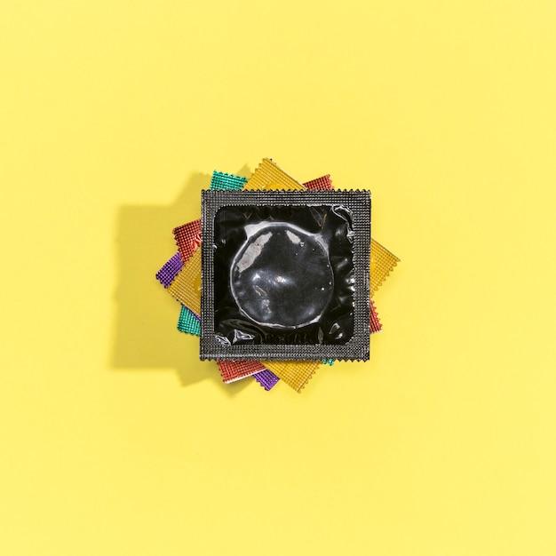 Arranjo de preservativos coloridos vista superior Foto gratuita