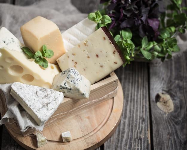 Arranjo de queijo gourmet em fundo de madeira, conceito de queijos gourmet Foto gratuita