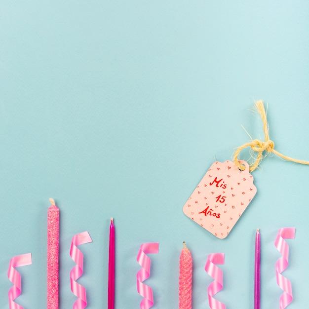 Arranjo de quinceañera plana leigos com etiqueta de aniversário Foto gratuita
