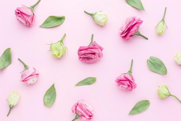 Arranjo de rosas plana leigos Foto Premium