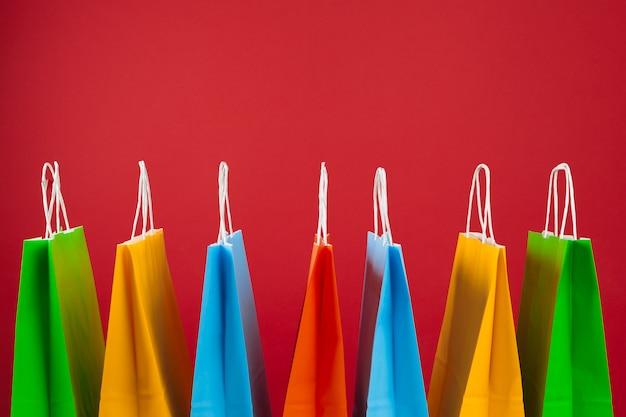 Arranjo de sacolas no vermelho Foto Premium
