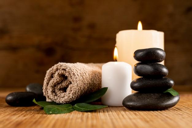 Arranjo de spa com velas e toalha Foto gratuita