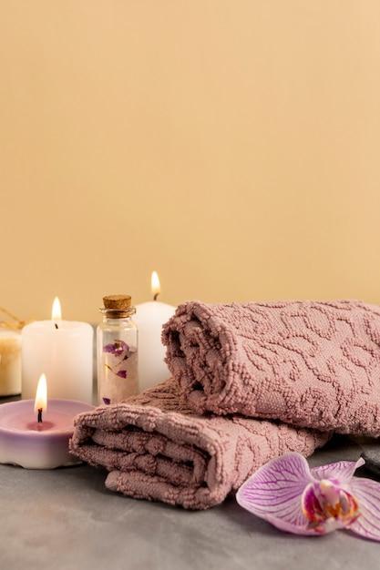 Arranjo de spa com velas perfumadas Foto gratuita