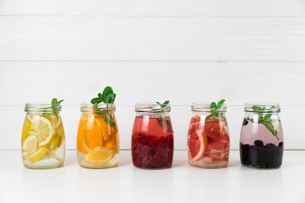 Arranjo de suco de frutas frescas Foto gratuita