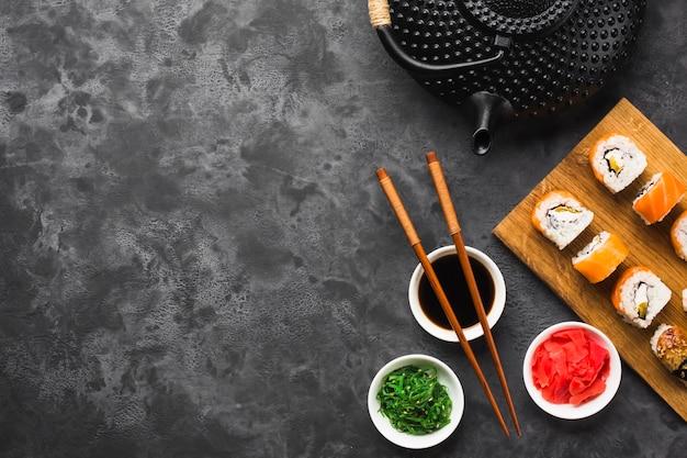 Arranjo de sushi plano leigos com espaço de cópia Foto gratuita