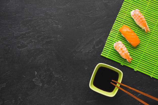 Arranjo de sushi vista superior com espaço de cópia Foto gratuita