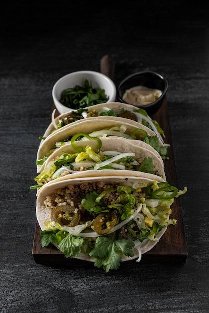 Arranjo de tacos vegetarianos de alto ângulo Foto Premium