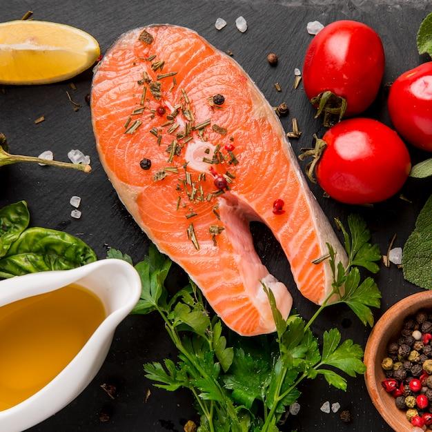 Arranjo de vegetais e salmão em leito plano Foto gratuita