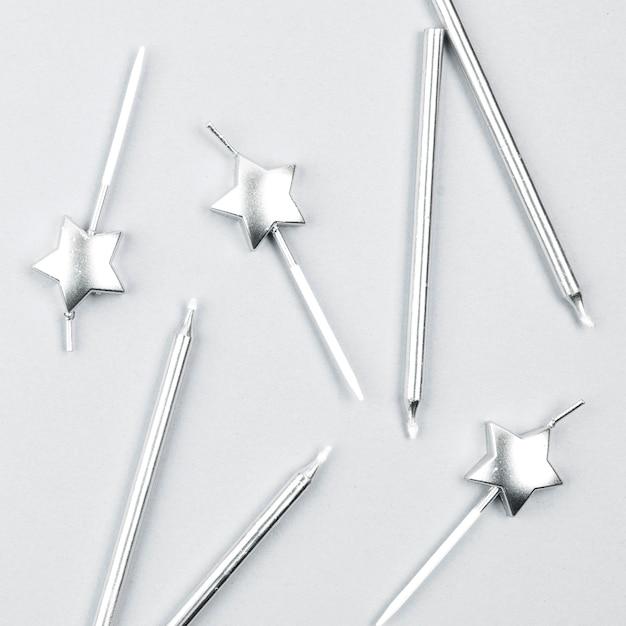 Arranjo de velas de prata de aniversário de vista superior Foto gratuita